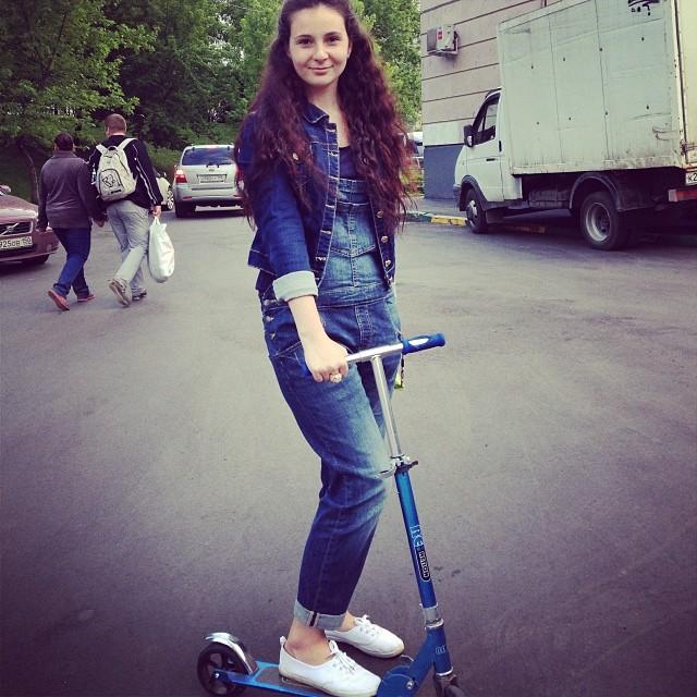 Отжала Таня у сестры самокат))очень классно покаталась самокат#танябольшойребенок