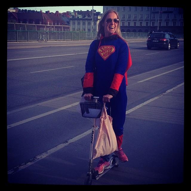 hh:s Anna Sandberg ska gifta sig och självklart måste vi fira det! Superman på kick bike kändes som det självklara valet. #hh#holmgrenhansson#möhippa#superman#stockholm#vasastan#kickbike#våranna#bröllop#vårkväll#kärlek