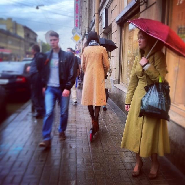 #дождь #люди #самокат #каблуки #зонты хештеги